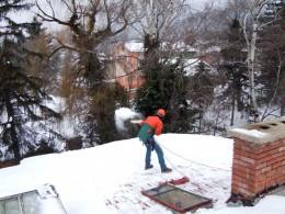 чистене на сняг от покрив