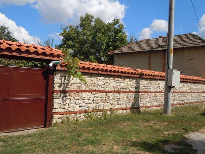 Направа на огради от дърво, метал, бетон, тухли и др.
