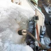 почистване на улуци сняг от покрив