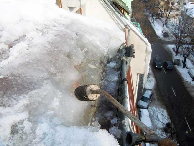 почистване на сняг от покрив